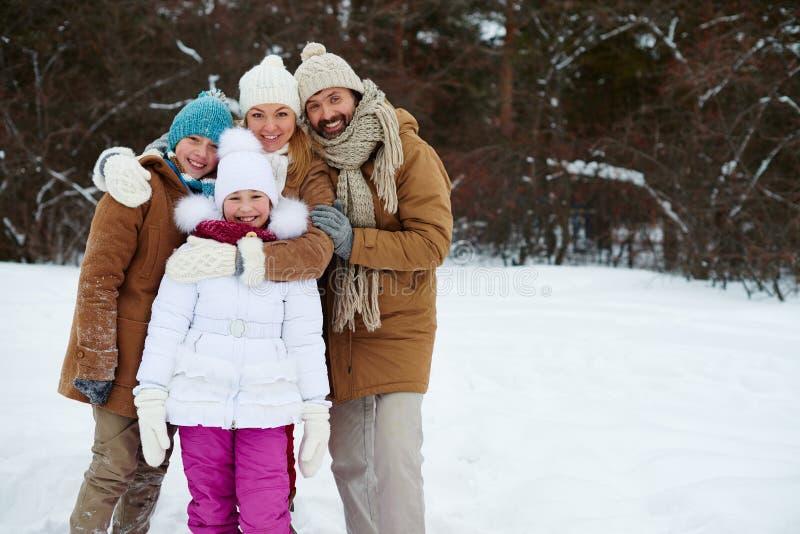 tła chłopiec obejmowania rodzinna ojca dziewczyna jego mała mężczyzna matki parka stawu żona obrazy stock