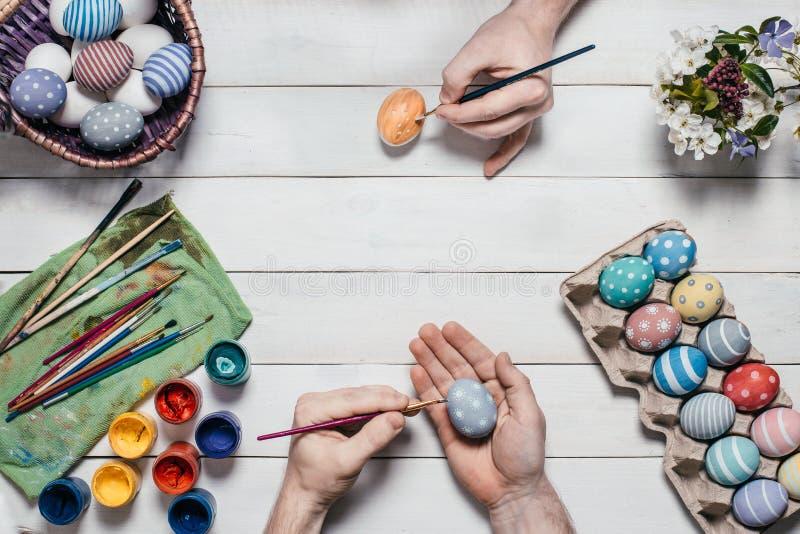 tła chlebowy tortów Easter jajek ciast przygotowanie ocienia miękkiego biel Ludzkie ręki malują Wielkanocnych jajka z muśnięciami fotografia royalty free