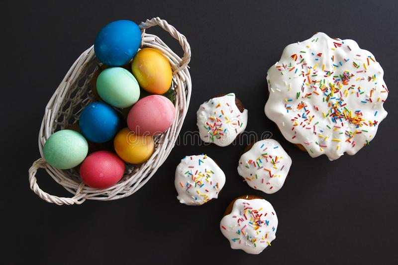 tła chlebowy tortów Easter jajek ciast przygotowanie ocienia miękkiego biel Malować wielkanocy babeczki i jajka Wielkanocne fundy zdjęcie stock