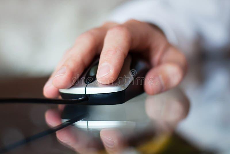 tła komputerowej ręki odosobniony myszy biel obrazy stock