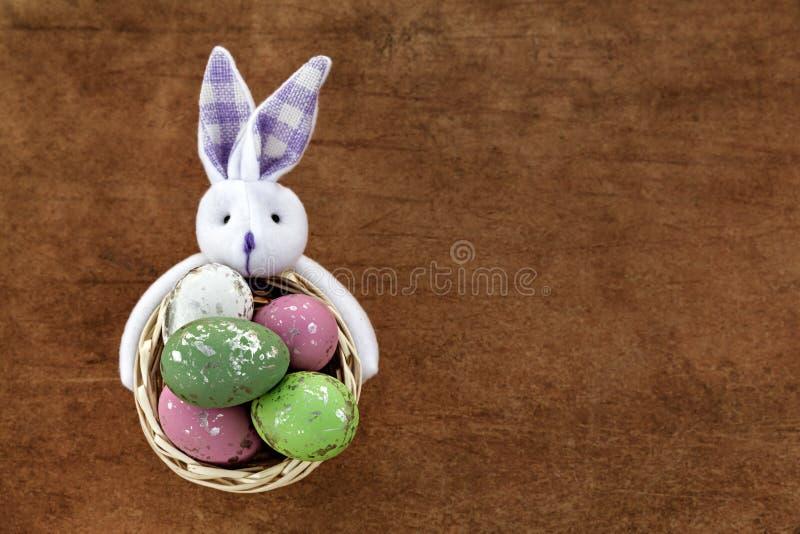 tła koszykowy kolorowy Easter jajek tulipanów kolor żółty fotografia stock