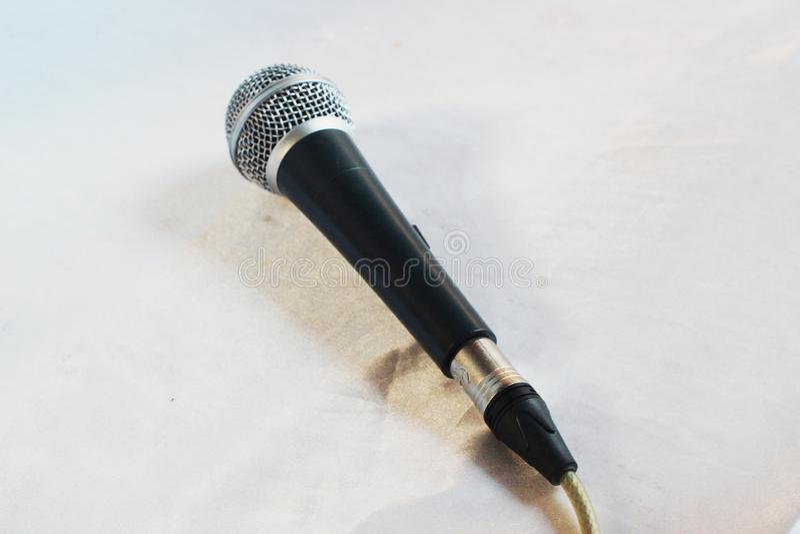 tła mikrofonu pojedynczy biel zdjęcia stock