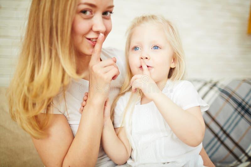 tła nakrycie jej utrzymania usta shhhh krótkopędu ciszy pracowniani białej kobiety potomstwa zdjęcie stock