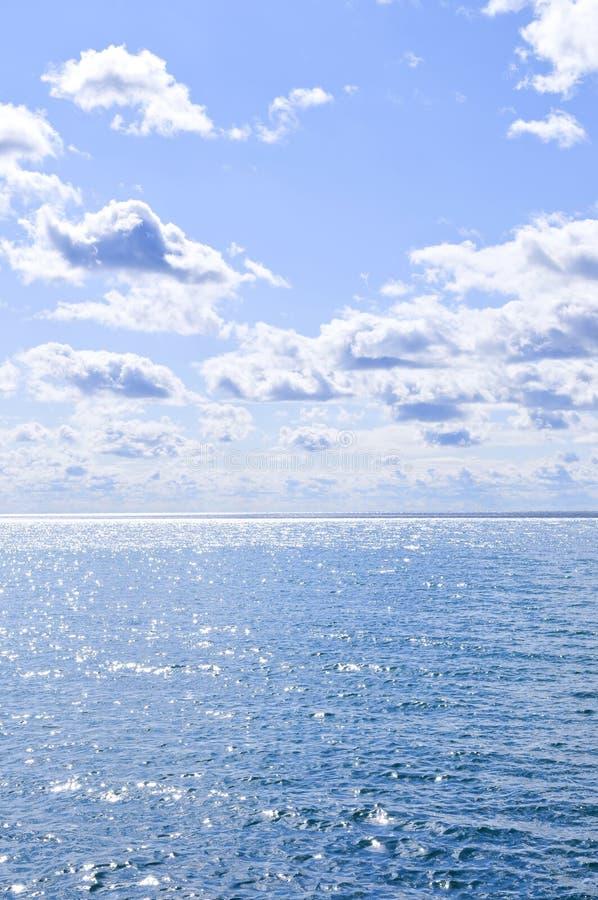 tła niebieskiego nieba pogodna woda zdjęcia stock