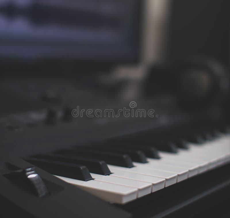 tła odosobniony klawiaturowy Midi biel zdjęcia stock