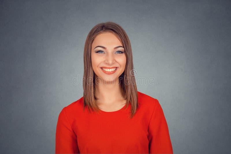 tła pięknego odosobnionego portreta uśmiechnięta biała kobieta fotografia stock