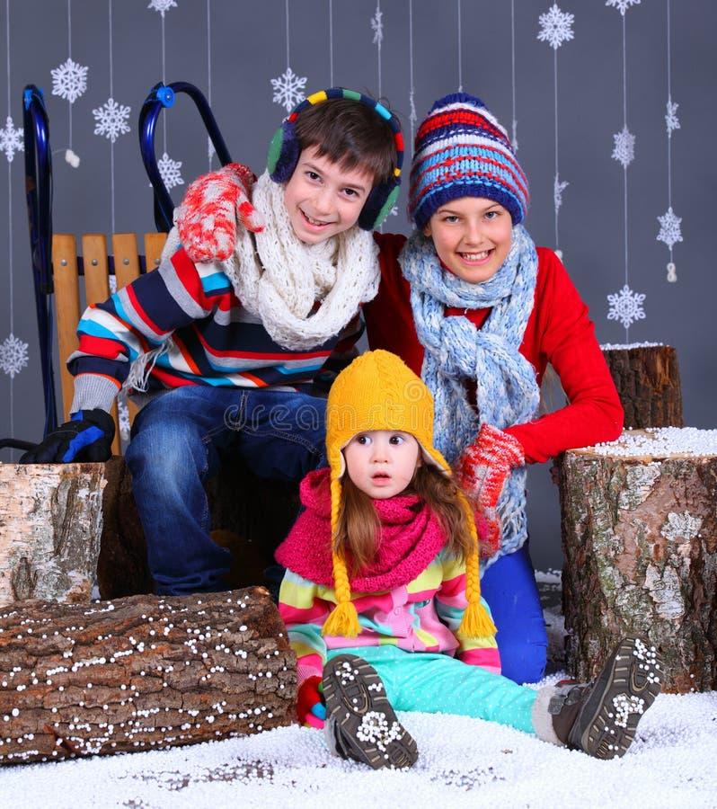 tła pięknej mody dziewczyny odosobniona biały zima Urocza szczęśliwa chłopiec i dziewczyny fotografia royalty free