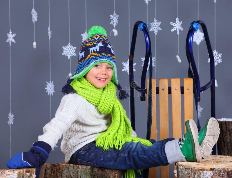 tła pięknej mody dziewczyny odosobniona biały zima uroczej chłopiec szczęśliwy portret fotografia stock