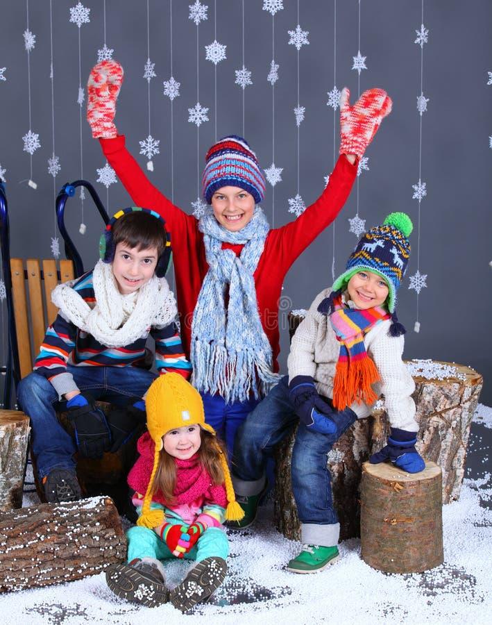 tła pięknej mody dziewczyny odosobniona biały zima uroczy szczęśliwi dzieciaki fotografia stock
