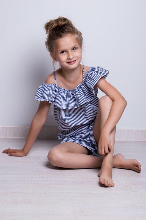 tła piękny mody trochę modela biel Portret śliczna uśmiechnięta dziewczyna pozuje w studiu obraz stock