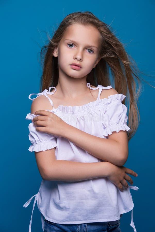 tła piękny mody trochę modela biel Portret śliczna uśmiechnięta dziewczyna pozuje w studiu obrazy royalty free