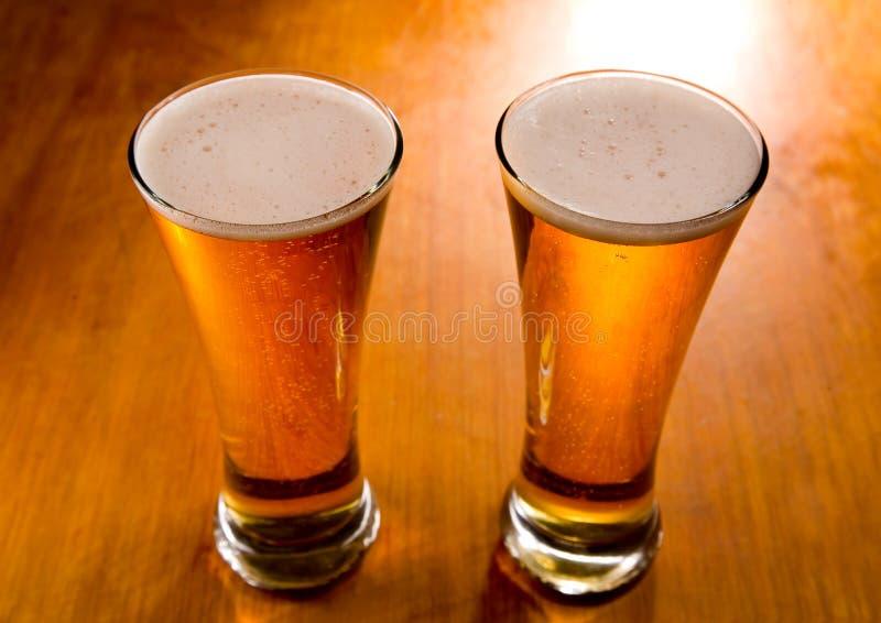 tła piwny szkieł dwa drewno zdjęcia stock