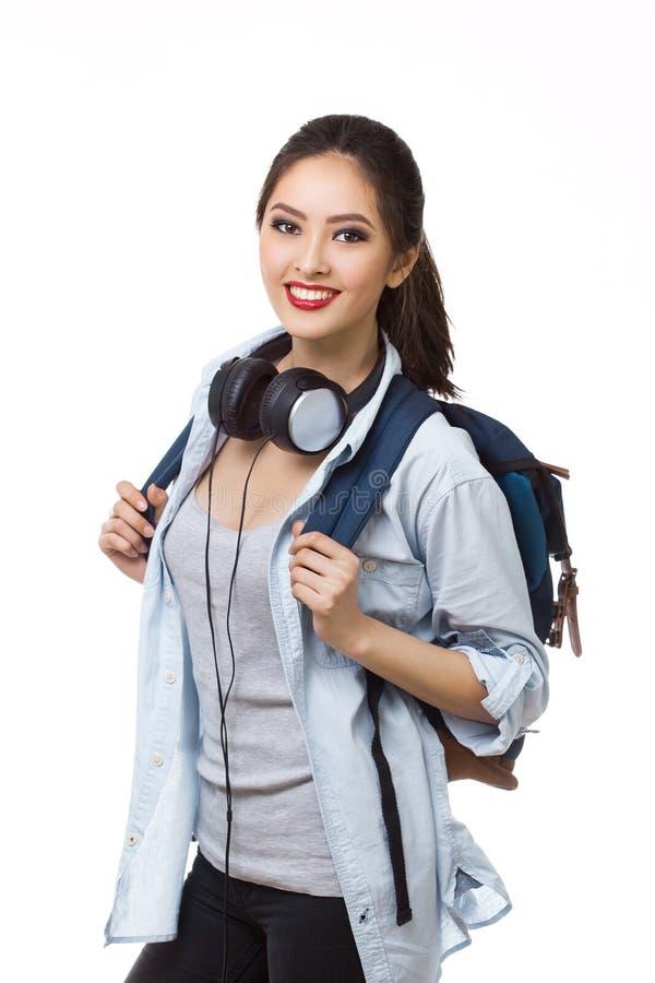 tła potomstwo odosobnionych studenckich uczni uniwersyteccy białej kobiety potomstwa Młoda kobieta Azjatyccy Kaukascy ucznie zdjęcie royalty free