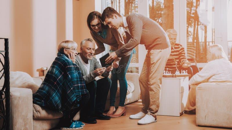 tła szczęśliwy odosobniony mężczyzna nad ludźmi białych kobiet młodych visitant Stary mężczyzna i kobieta nursling zdjęcia stock