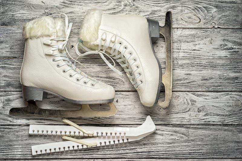 tła zbliżenia żeńskie ręki mienia lodu żeński łyżwy snow obrazy royalty free