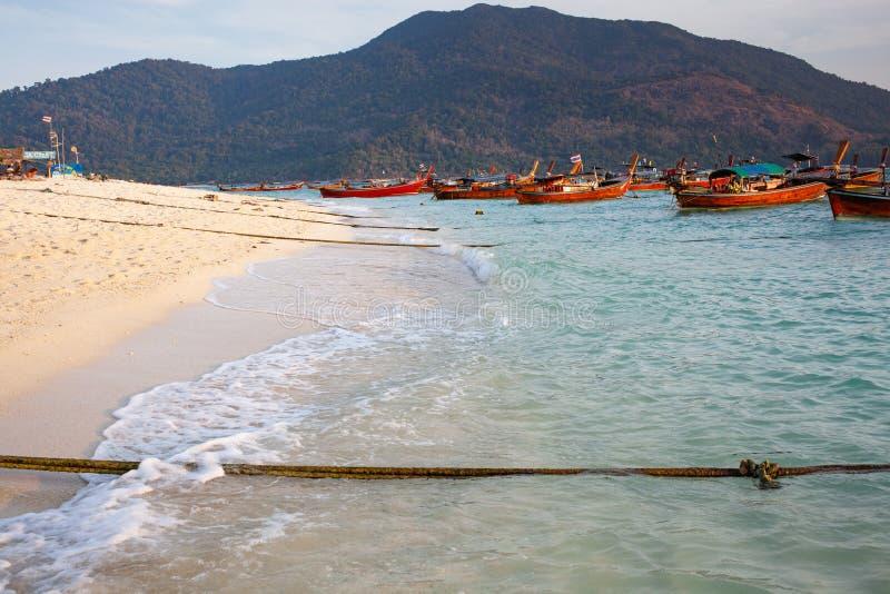 tło świąteczne idylliczne - biały piasek, jasnoniebieskie łodzie morskie i długopłetwe - piękna wyspa tropikalna Koh Lipe, Tajlan obrazy stock