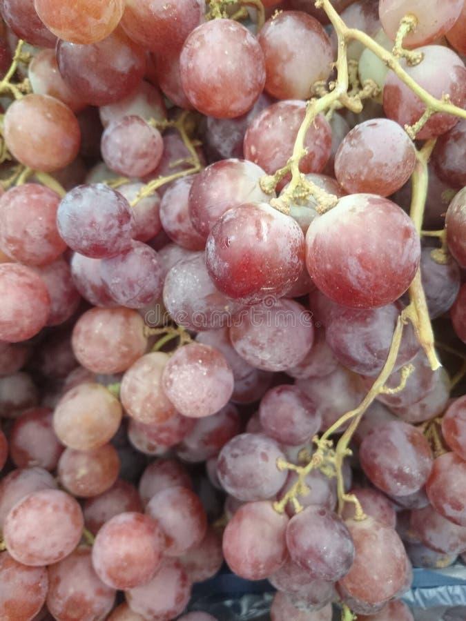 Tło świeża, zdrowa, purpurowa winogrono tekstura w supermarkecie, zdjęcie stock
