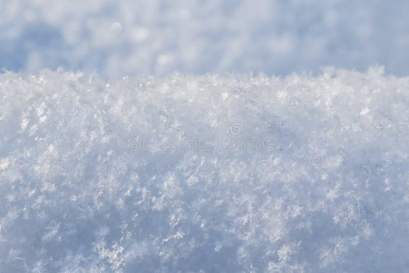 Tło świeży śnieg Naturalny zimy tło Śnieżna tekstura w błękitnym brzmieniu obrazy royalty free