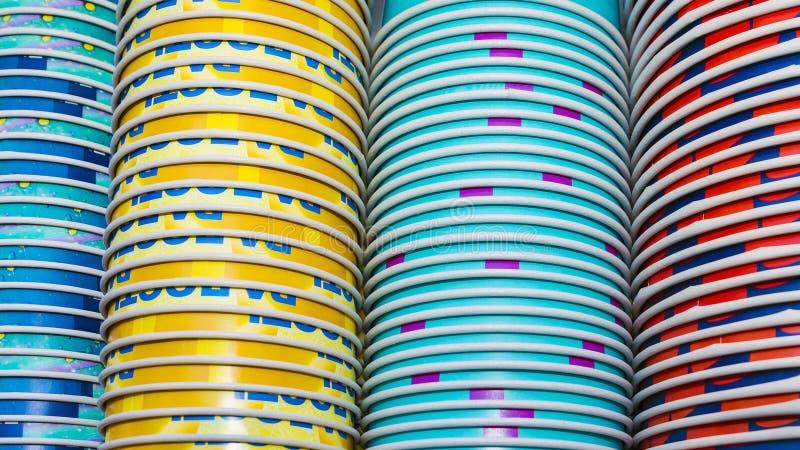 Tło barwione papierowe filiżanki brogować zdjęcia royalty free