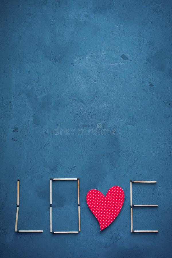 Tło beton i błękitny farba tynk Na teksturze dopasowania układali w postaci słowo miłości W środku o fotografia royalty free