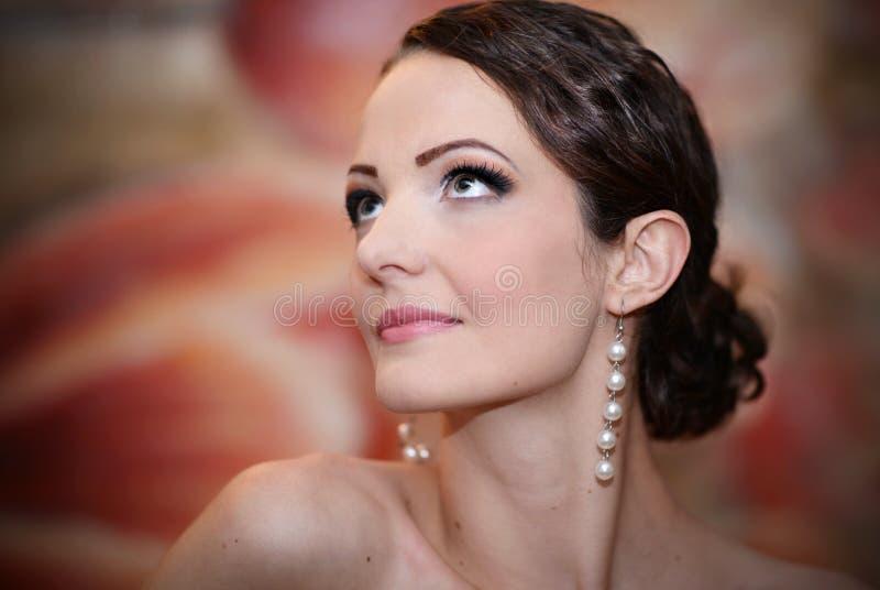 tło białą kobietę piękne odizolowanych patrzeć w górę young zdjęcia royalty free