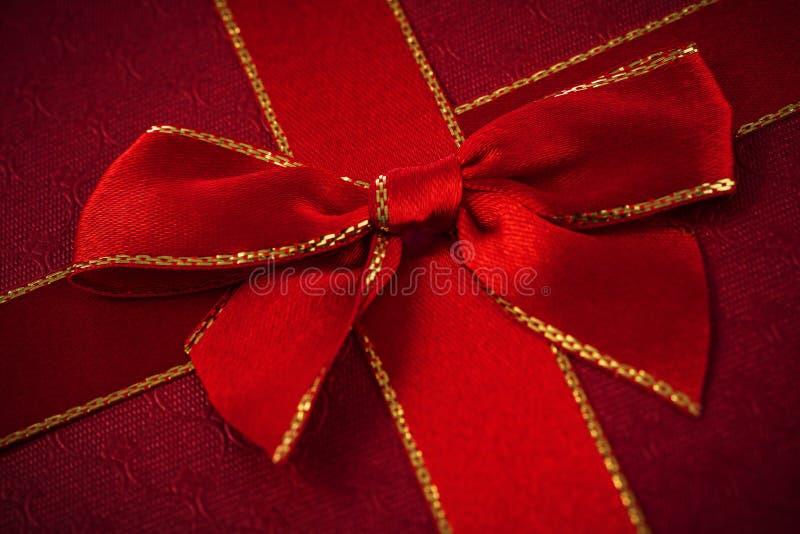 tło biel odosobniony czerwony tasiemkowy zdjęcie royalty free
