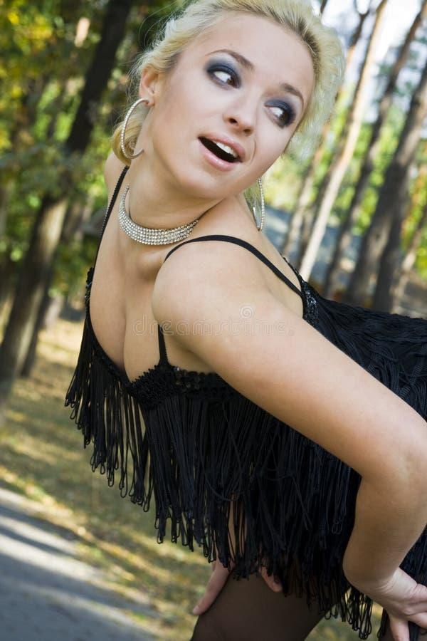 tło blondynka uśmiecha się drzew kobiety potomstwa zdjęcia royalty free