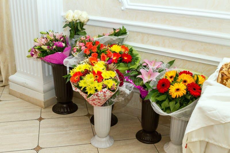 Download Tło Bukiety Gręplują Dekoracyjnego Kwiecistego Kwiatów Ilustraci Dwa Wektor Zdjęcie Stock - Obraz złożonej z dyferencja, waza: 65225398