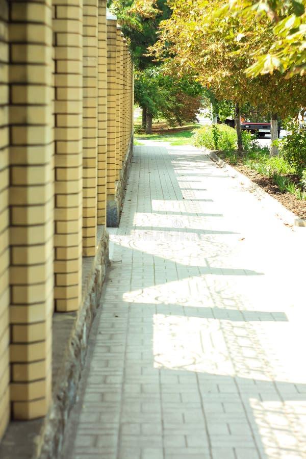 Tło cegły ogrodzenie z czarnym obieranie tynkiem z pięknymi cieniami w popołudniu zdjęcie royalty free