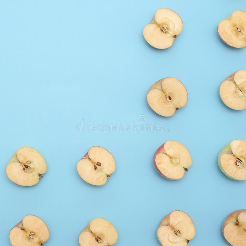 Tło cięcie w przyrodnich jabłkach na błękitnym tle obrazy royalty free