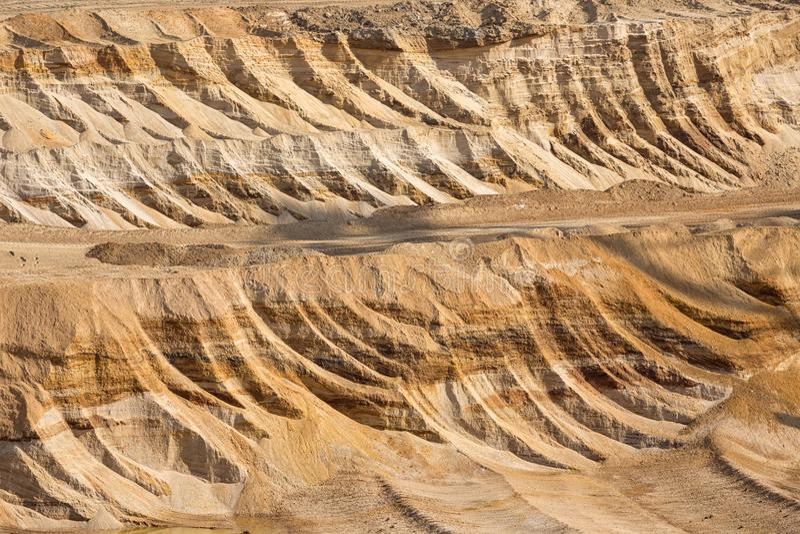 Tło digged ziemia w brown węgla otwartej jamy kopalni fotografia stock