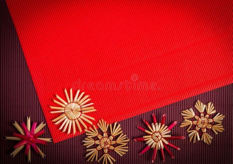 Tło dla Bożenarodzeniowej powitanie karty wakacyjnej słomianej dekoraci, czerwieni i claret textured papieru, royalty ilustracja