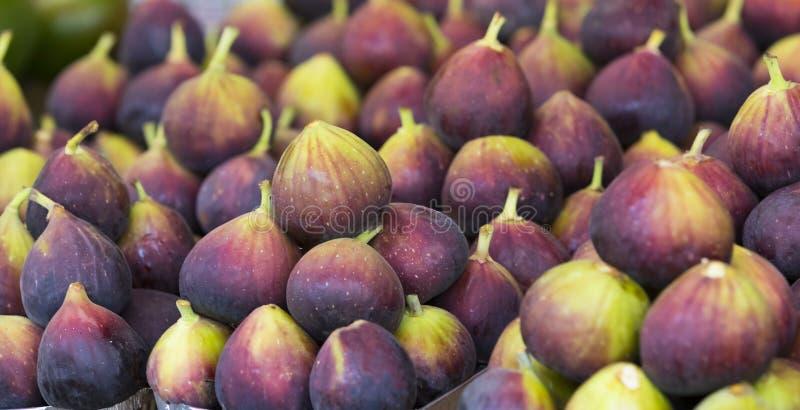 Tło dojrzałe soczyste figi na targowych kramach obraz royalty free