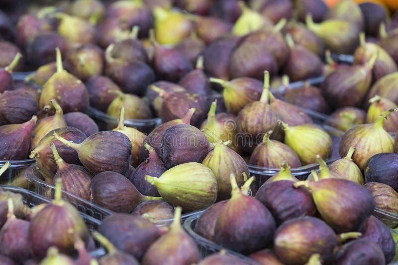 Tło dojrzałe soczyste figi na targowych kramach zdjęcie stock
