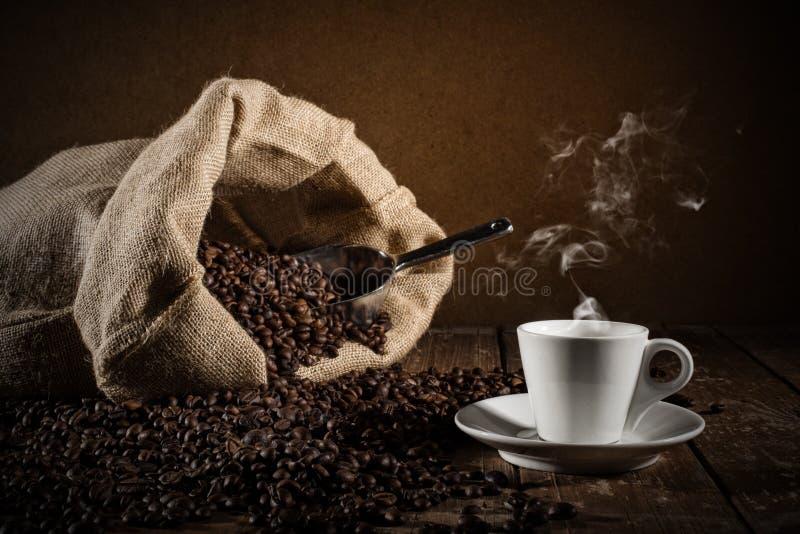 Tło filiżanek kawy fasole zdjęcia royalty free