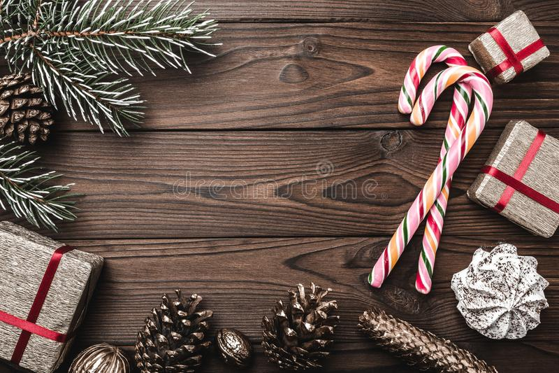 Tło Jedlinowy drzewo, dekoracyjny rożek Wiadomości przestrzeń dla bożych narodzeń i nowego roku Cukierki i prezenty dla wakacji n obrazy stock
