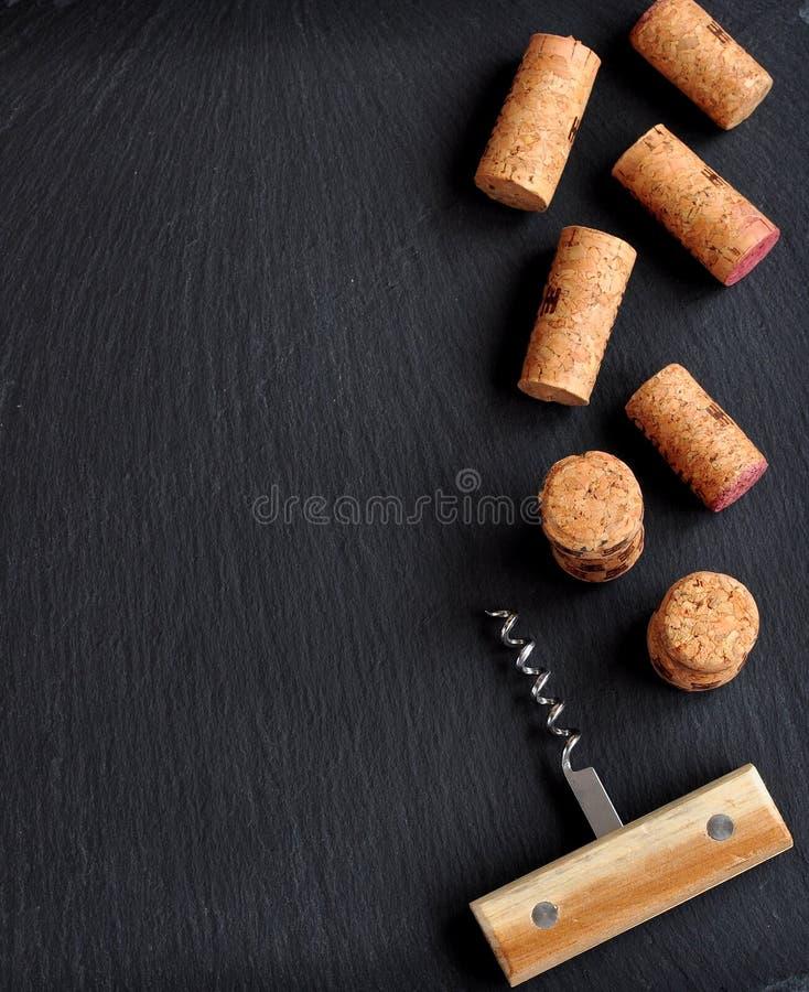 Tło kilka wino korki z drewnianą korek śrubą fotografia stock