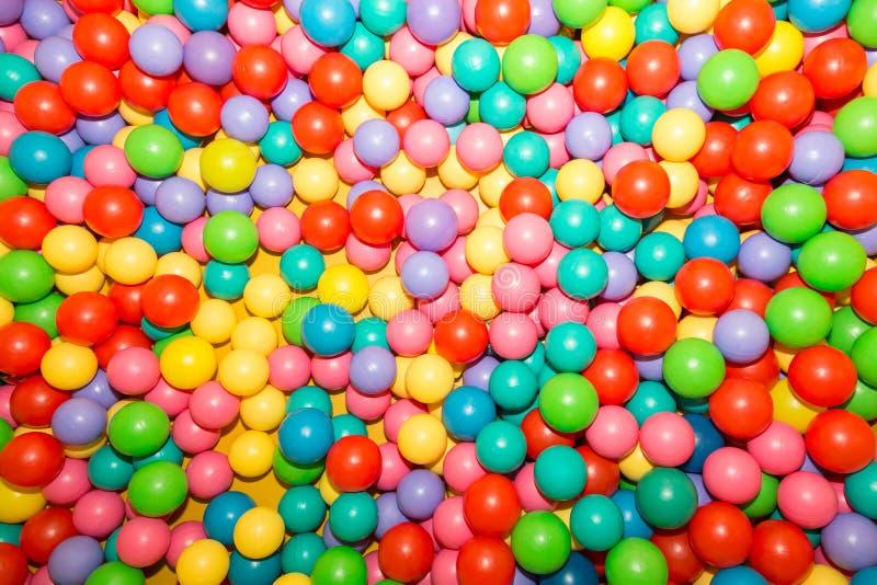 Tło kolorowe plastikowe piłki na dziecka ` s boisku fotografia stock