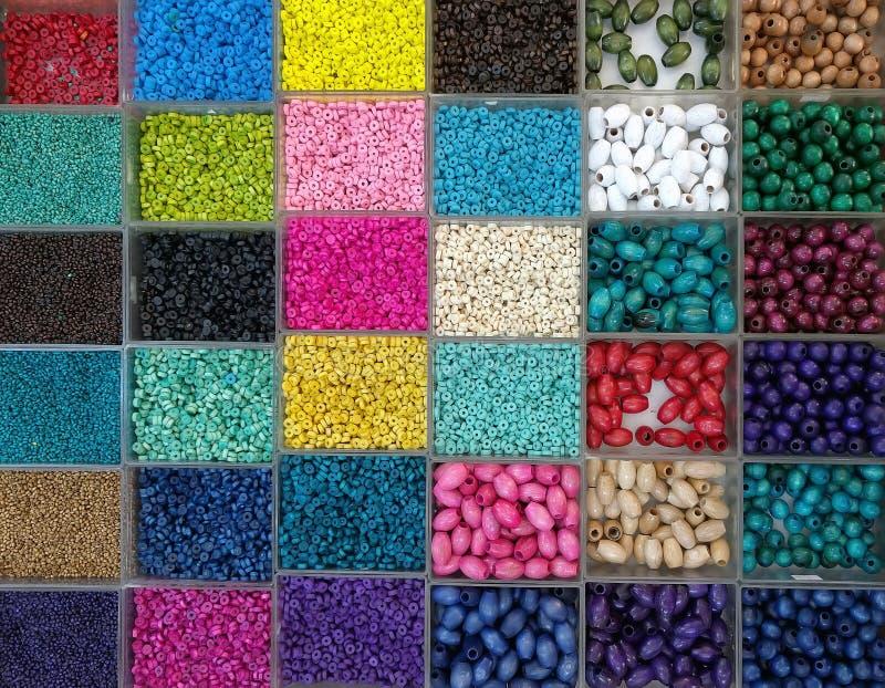 Tło kolorowi jaskrawi koraliki w pudełkach, set dla uszycia zdjęcie royalty free