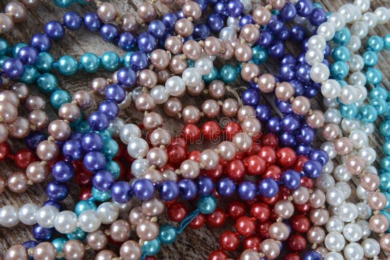 Tło kolorowi koraliki na stole zdjęcia royalty free