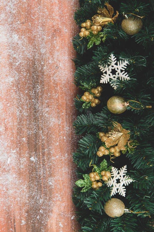 Tło kopii przestrzeni naturalny drewno z śniegiem, boder jeden strona dekoruje z oszałamiająco Bożenarodzeniowymi ornamentami zdjęcie stock
