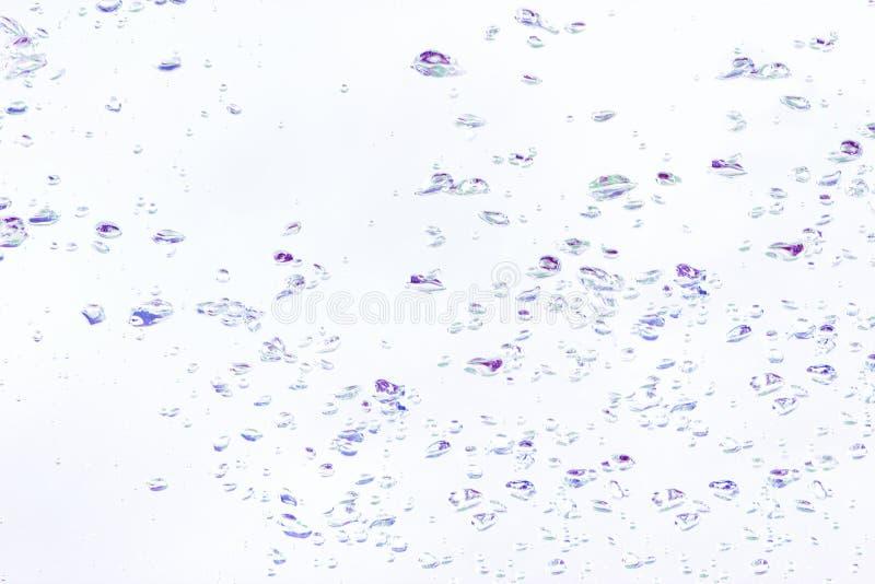 Tło naturalni lotniczy bąble w wodzie w fiołkowym brzmieniu zdjęcia stock
