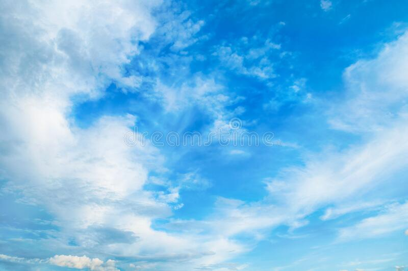 Tło niebieskiego nieba Malownicze, kolorowe chmury oświetlone przez światło słoneczne Fantastyczna scena krajobrazowa obraz royalty free