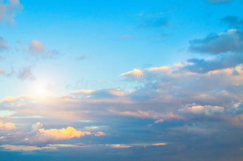 Tło niebieskiego nieba - zachód słońca kolorowe chmury oświetlone przez światło słoneczne obraz royalty free