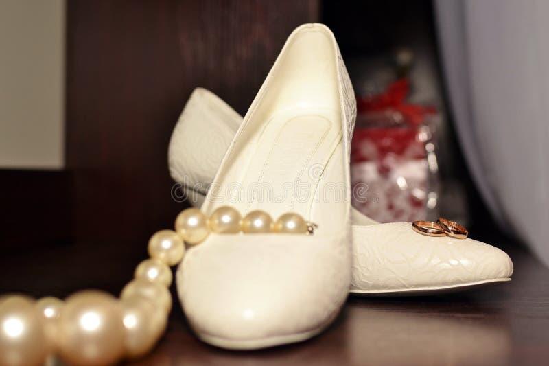 Tło obrączka ślubna na panna młoda butach obrazy royalty free