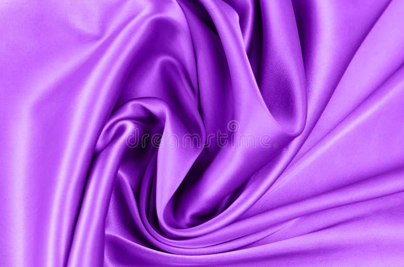 Tło od atłasowej tkaniny fiołkowy kolor zdjęcia stock