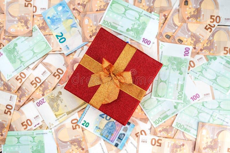Tło od banknotów różna wartość Cenny czerwony prezent Odgórny widok obraz stock