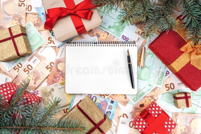 Tło od banknotów różna wartość Wiele prezenty w formie ramy Przestrzeń dla twój teksta w notatniku obraz stock