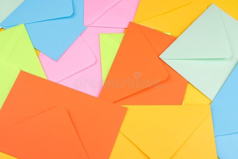 Tło od barwić opancerzanie kopert Poczta lub dostawy pojęcie fotografia stock