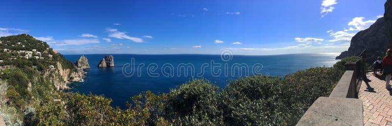 Tło panoramiczny widok morze i Faraglioni kołysa w miasteczku Capri na wyspie Capri, Campania fotografia stock